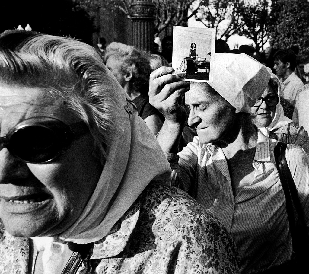 Madres de Plaza de Mayo durante su habitual ronda / Mothers of Plaza de Mayo during Their Customary March, 1981, Eduardo Longoni, gelatin silver print. Courtesy of and @ Eduardo Longoni